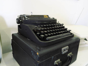 Quirky Parties - Black remington typewriter - full view with case